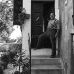 Iommi Dante presso la sua abitazione in vicolo Marengo